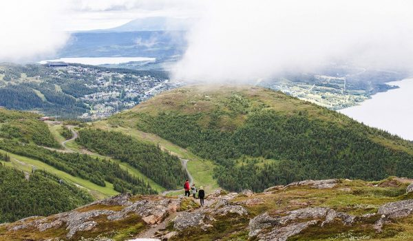 summer-hiking-view-people-mountain-copperhill-mountain-lodge